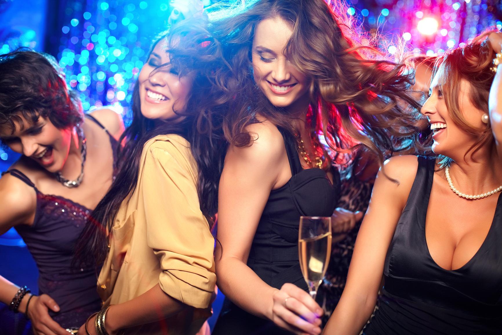 Тёлки танцуют ночном клубе 7 фотография